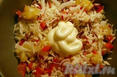 Все порезанные ингредиенты выложить в миску, добавить майонез, перемешать и салат из капусты с ананасом готов.