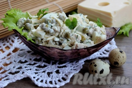 Легкий в приготовлении и в тоже время вкусный салат с курицей и зеленым горошком готов.
