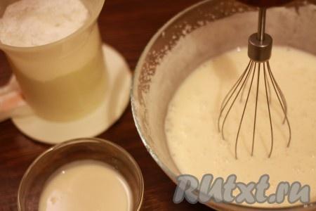Муку соедините с разрыхлителем и маленькими порциями вводите в сметанную смесь, продолжая взбивать. Добавьте сгущенное молоко и хорошо перемешайте тесто, которое должно быть по консистенции, как густая сметана.