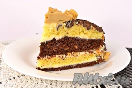 """Разрез восхитительного торта """"День и ночь"""", приготовленного в домашних условиях."""