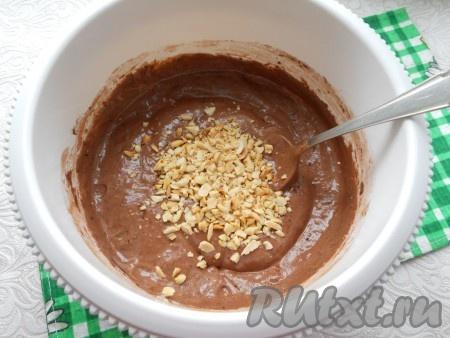 Орешки поджарить немного, остудить и измельчить (не слишком). Добавить орехи в получившуюся шоколадную смесь. Перемешать.