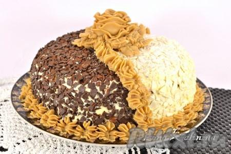 """Украсить необычайно вкусный и интересный торт """"День и ночь"""", приготовленный в домашних условиях, масляным кремом с вареной сгущенкой (взбить сливочное масло с вареной сгущенкой 1:1 до однородности) в виде цветка и небольших цветочков по стыку темной и светлой части торта. Отправить торт в холодильник не менее, чем на 8-10 часов."""