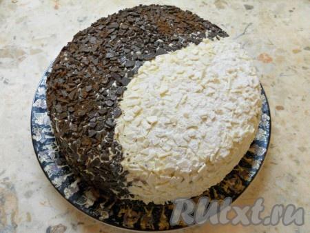 """Одну половину торта """"День и ночь"""" обсыпать натертым черным шоколадом, вторую половину - белым. У меня был шоколад в виде мелких осколков. Немного присыпать темную сторону торта какао-порошком, а белую - сахарной пудрой."""