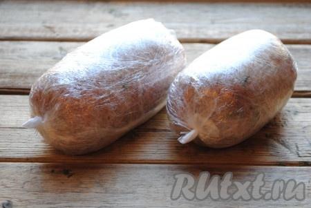Разделить фарш на две части и каждую часть замотать в пищевую плёнку, формируя колбасу. Чтобы было надёжнее и при варке домашняя колбаса не разлезлась, я замотала в два слоя пищевой плёнки, концы завязала ниткой.