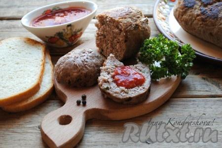 Домашнюю колбасу, приготовленную в пищевой плёнке, остудить и можно подавать на стол. Очень вкусно с различными соусами.