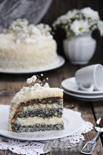 На фото видно, каким красивым получился маково-кокосовый торт в разрезе.