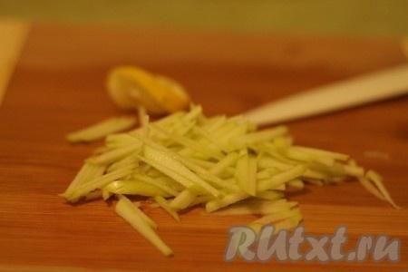 Яблоко нарезать такой же полоской, сбрызнуть лимонным соком.