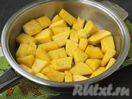 Крупными кусочками нарезать очищенную тыкву. В сковороде разогреть подсолнечное масло и слегка обжарить кусочки тыквы со всех сторон.