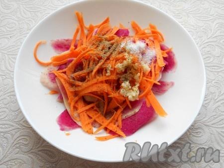 Добавить в салат сахар, соль, черный и красный перец, кориандр, влить уксус и растительное масло.