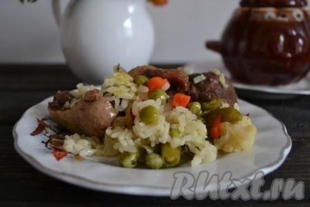 Рассыпчатый и ароматный рис, приготовленный в духовке вместе с сочным, мягким мясом гуся и нежными овощами, можно подавать к столу. И, желательно, в горячем виде.