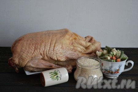 Подготовить необходимые ингредиенты для приготовления гуся с рисом в духовке.