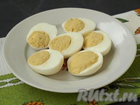 Нафаршировать яйца подготовленной смесью.
