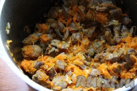 Затем к луку и желудочкам добавить натертую морковь и тушить на медленном огне под крышкой, периодически помешивая, минут 15-20.