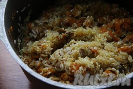 По истечении времени добавить рис и слегка обжарить без добавления воды, чтобы рис напитался маслом и соком от овощей. Затем всыпать специи по вкусу. Залить рис водой, накрыть крышкой и готовить до полного испарения жидкости и готовности риса.