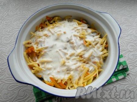 Сверху на овощи выложить слой натертого на крупной или средней терке сыра, полить блюдо яично-сметанной смесью.