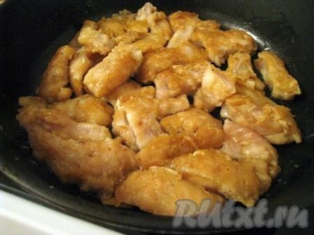 Жарить на сильном огне на сковороде в растительном масле, минут 10 постоянно встряхивая, а потом ещё минут 5 на среднем, переворачивая и помешивая.