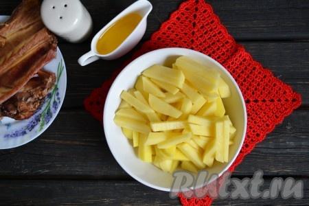 Очистить картофель и нарезать соломкой (можно нарезать и кубиками).
