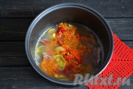 """Через 15 минут выложить в чашу ранее обжаренные овощи. Добавить по вкусу соль. Нужно помнить, что копчености содержат в себе определенно количество соли, поэтому лучше не досолить суп, иначе он настоится и будет пересолен. Включить снова функцию """"Суп"""" на 5 минут."""