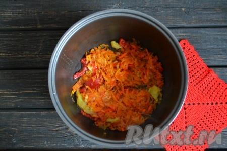 """В чашу мультиварки влить растительное масло и прогреть его 1-2 минуты. Очистить и натереть морковь. Лук очистить и нарезать мелкими кубиками. Из перца удалить семена и плодоножку. Выложить морковь, лук и перец в чашу мультиварки и обжарить 2-3 минуты на режиме """"Жарка"""", периодически помешивая. Овощи должны стать мягкими. Обжаренные овощи переложить из чаши мультиварки в мисочку."""
