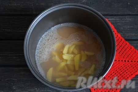Когда мультиварка даст сигнал, что прошел час, к гороху добавить картофель.