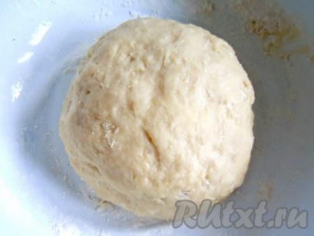 К опаре добавитьрастопленное и остуженное сливочное масло, сахар, соль и яйцо. Замесить гладкое тесто (вымешивать 5-7 минут). Тесто для сливового дрожжевого пирога должно быть на вид шелковистым и отставать от стенок миски. Домесить тесто на посыпанном мукой столе. Сформировать шар, положить в миску, накрыть полотенцем и оставить до увеличения объема вдвое (приблизительно 30-35 минут). Снова хорошо вымесить и отбить тесто на столе. Опять накрыть тесто и дать ему слегка подойти (приблизительно 10 минут).