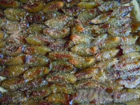 Выложить раскатанное тесто на противень, сформировать маленькие бортики, выложить сливы на корж внахлест, посыпать сахаром и корицей.