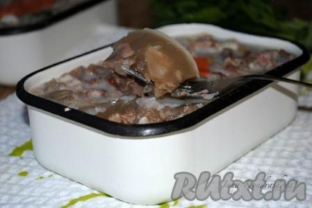 Холодцу из говядины и свиных ножек дать остыть при комнатной температуре, затем убрать в холодильник до полного застывания. Подавать такой вкусный холодец с горчицей или хреном.