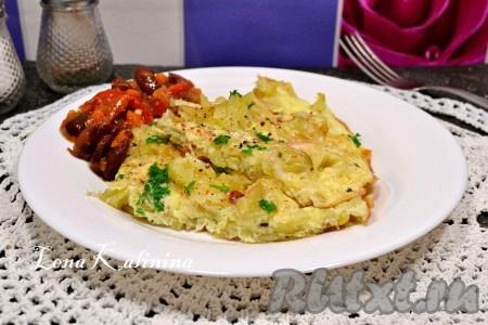 Разложить отличный, очень вкусный омлет с картофелем по тарелкам и подать к столу.