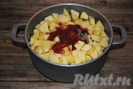 К овощам добавить соль, чёрный перец горошком и лавровый лист, влить томатный сок и воду, перемешать.