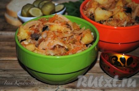 Подать аппетитное, ароматное и очень вкусноеовощное рагу с капустой и картофелем к столу в горячем виде.