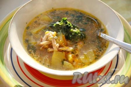 Доводим уху на курином бульоне до кипения, солим, перчим, варим около 5 минут и выключаем газ. Наш вкусный и ароматный рыбный суп готов.