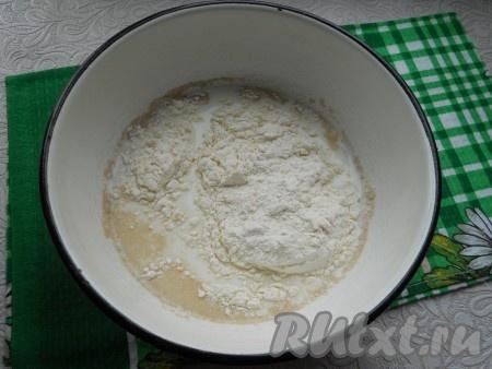 Первым делом нужно приготовить блины. Для этого: в теплое молоко всыпать дрожжи и половину муки. Хорошо перемешать и оставить в теплом месте на 40-50 минут.