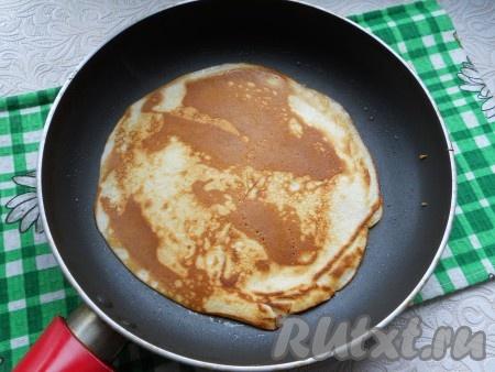 Далее выпекать блины обычным способом, до румяности с двух сторон. Сковороду немного смазывать растительным маслом.