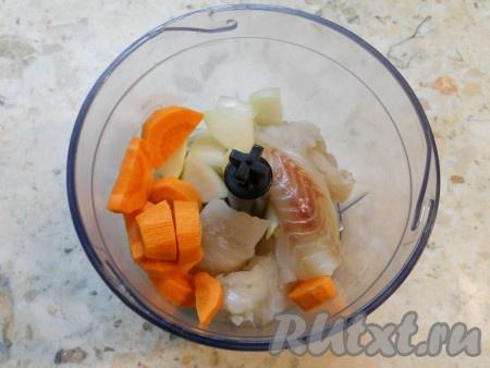 Кусочки филе рыбы, нарезанные лук и морковь поместить в чашу блендера.{amp}#xA;