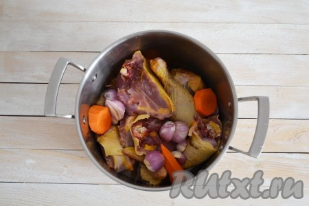 Курицу тщательно вымыть под проточной водой и разрезать на 4-6 частей. Сложить мясо в кастрюлю. Очистить лук и морковь. Морковь нарезать крупными частями и выложить в кастрюлю. Залить водой и поставить на огонь.