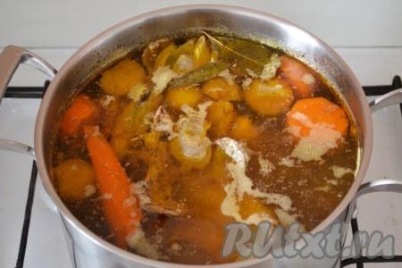 Довести бульон до кипения и снизить к минимуму огонь. Бульон должен слабо кипеть, продолжать варить 2,5 часа. За это время мясо хорошо сварится, будет легко отходить от костей, бульон станет насыщенным и очень ароматным. Затем добавить соль,черный молотый перец, душистый молотый перец и 2-3 очищенных зубчика чеснока. Протомить еще 30 минут на маленьком огне, выключить огонь и оставить остывать.{amp}#xA;