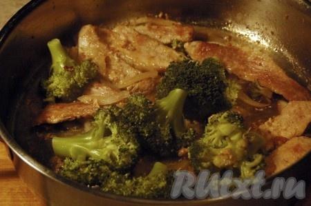 Пока жарится свинина с луком, брокколи готова. Вынимаем ее из воды и отправляем к мясу с луком. Добавляем соль, перец, перемешиваем и наше блюдо готово.