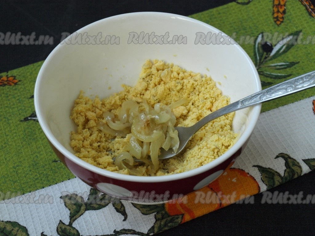 Яйца, фаршированные шпротами и луком