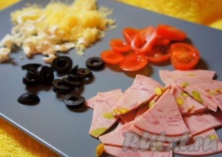 Заранее приготовить начинку для пиццы - нарезать колбасу, маслины, помидоры, сыры натереть на тёрке.