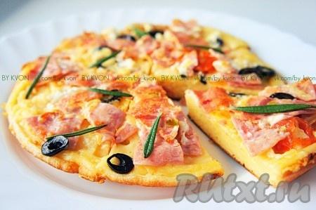 Сковороду с растительным маслом нагреть. Вылить тесто, разровнять ложкой. Сразу же выложить начинку, присыпать сыром и накрыть сковороду крышкой. Готовиться пицца по этому рецепту около 20 минут на медленном!) огне. По истечении указанного времени снимете пиццу со сковороды, разрежьте, посыпьте вашей любимой зеленью и наслаждайтесь!