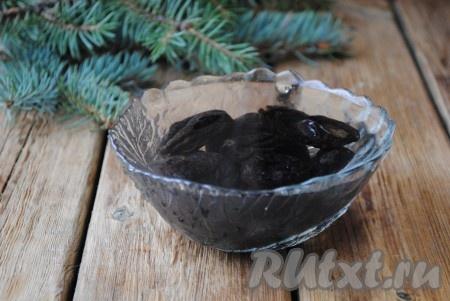 Чернослив вымыть и обсушить бумажным полотенцем. Если Вам попался очень жесткий чернослив, то его лучше минут на 10-15 замочить в горячей воде.{amp}#xA;