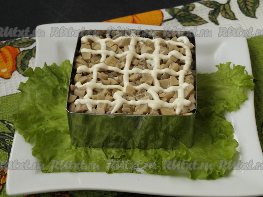 Салат дубок с курицей и грибами слоями рецепт