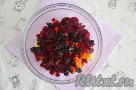 Чернослив нарезать небольшими кусочками и выложить в салат.