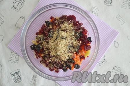 Очистить грецкие орехи, измельчить в крошку с помощью кофемолки или скалки, добавить к другим ингредиентам, посолить салат по вкусу.