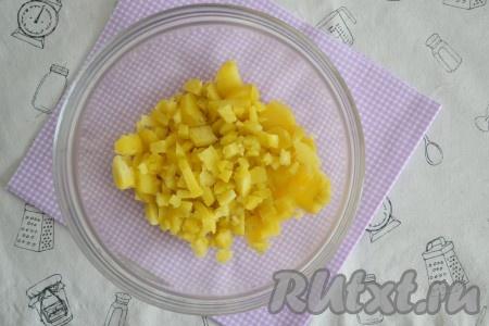 Отварить картофель в кожуре, остудить, очистить и нарезать мелкими кубиками (для нарезки картошки можно использовать специальную сеточку-нарезку).