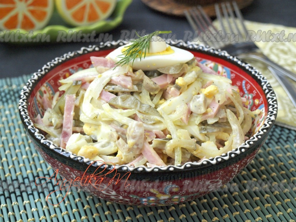 Приготовить салат из ветчины с грибами
