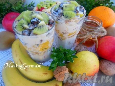 Наш сочный, вкусный фруктовый салат, заправленный йогуртом, можно подавать к столу.