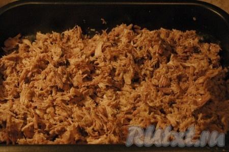 Перемешать мясо и выложить его поверх пищевой пленки в форму.