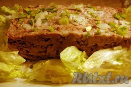 На блюдо выложить листья зеленого салата, а на листья разместить риллет.