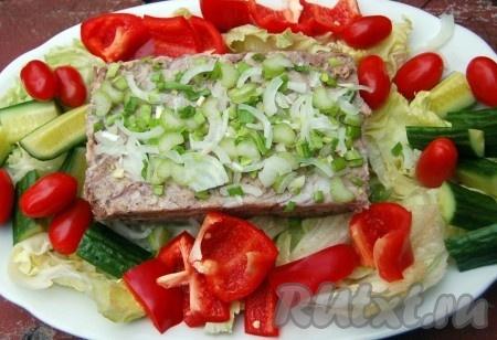 Дополнительно можно украсить риллет из свинины свежими овощами - огурцом, помидорами, перцем. Отдельно подать тертый хрен, горчицу.